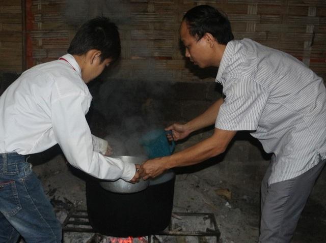 Thường công việc nấu cháu được chuẩn bị từ ngày hôm trước sáng dây chỉ việc nấu cháo cho nóng lại để cho các em ăn