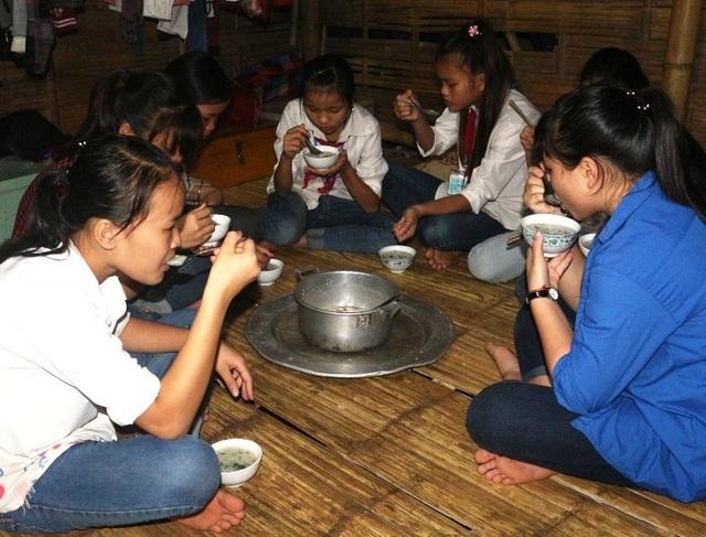 Nhiều năm qua, các em học sinh bán trú của nhà trường không còn phải ăn mì tôm hay nhịn đói đến lớp