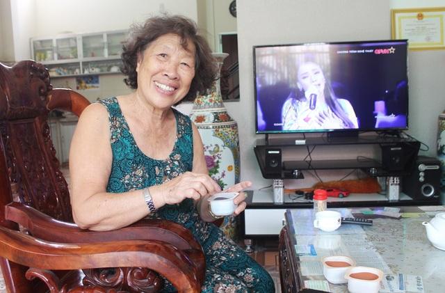 Nghệ nhân Trần Thị Thu (SN 1942, TP Nha Trang) - người sáng lập ra tranh cát Hồng Châu Sa