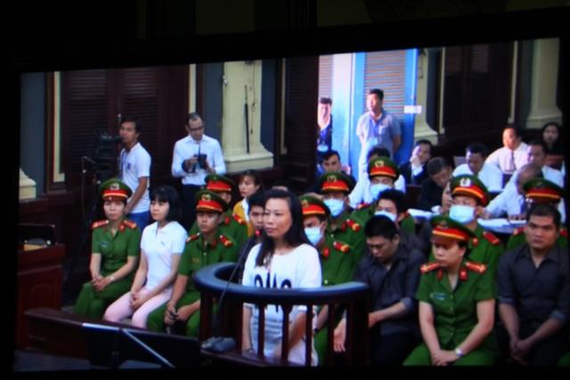 Các bị cáo tại phiên tòa (ảnh chụp lại từ màn hình).