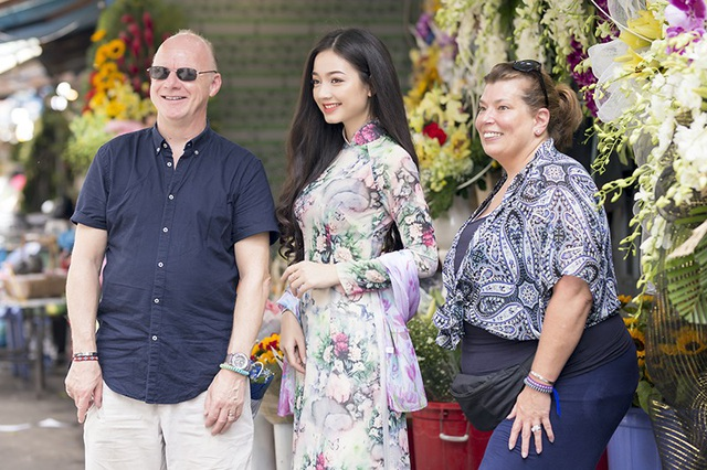 Khi Trâm đang chụp ảnh thì những vị khách nước ngoài tới hỏi thăm, xin được chụp ảnh cùng với cô gái Việt Nam mặc áo dài