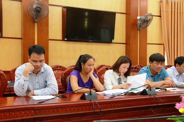 Ông Trường (bìa trái), bà Cúc (áo tím) những người có liên quan trực tiếp đến thửa đất số nhà 38 Tống Duy Tân.