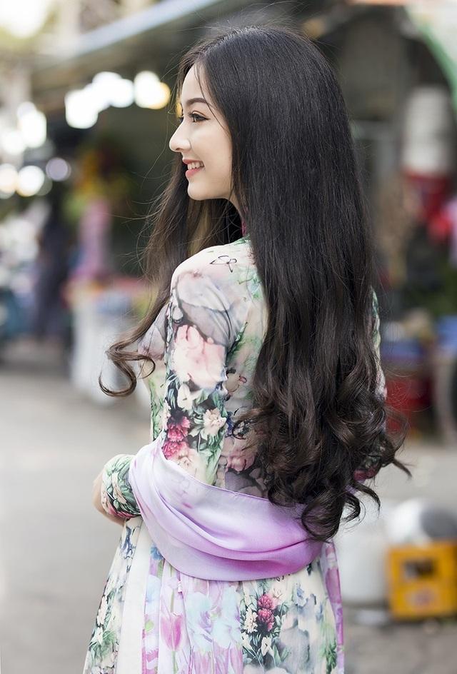 Quỳnh Trâm chia sẻ, trong rất nhiều trang phục mà cô đã từng mặc, áo dài luôn luôn khiến cô cảm thấy mình đẹp và tự tin nhất.