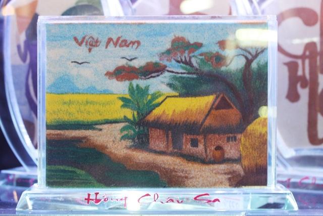 Không ít du khách nước ngoài khi đến Nha Trang đã trầm trồ trước các bức tranh cát Hồng Châu Sa
