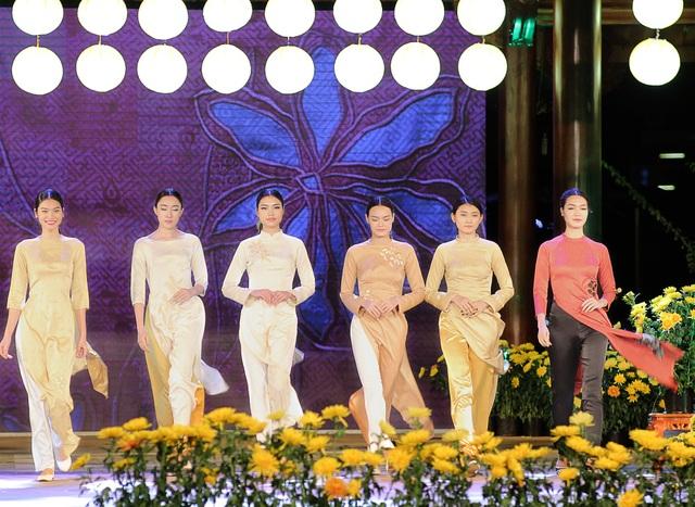 Cựu BTV Diệp Anh xuất hiện với tư cách là một trong 15 NTK tham gia đêm lụa Bảo Lộc.