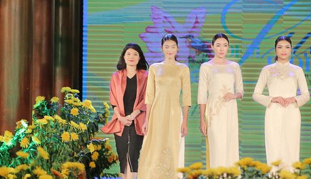 Cựu BTV Diệp Anh bất ngờ xuất hiện cùng diva Thanh Lam trong đêm lụa Bảo Lộc - 3