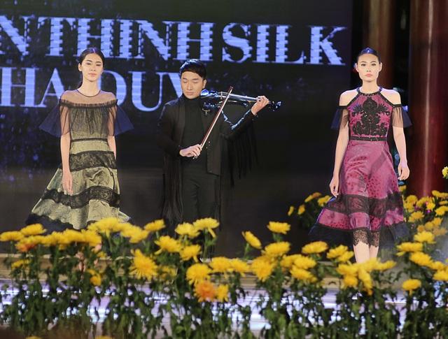 Hoàng Rob kéo đàn phụ hoạ cho phần trình diễn bộ sưu tập của NTK Hà Duy.