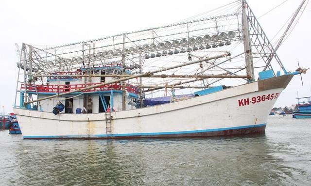 Hiện ngư dân Trần Ngọc Đông chỉ cầm lái chiếc tàu vỏ Composite số hiệu KH-93645-TS, công suất 800CV