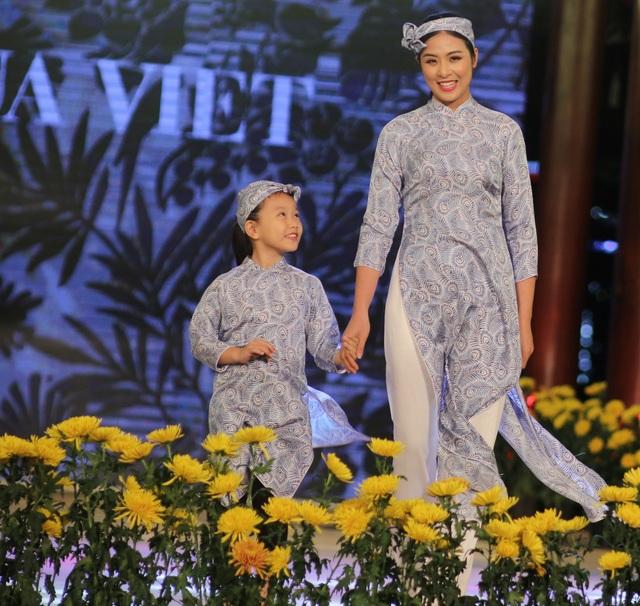 Hoa hậu Ngọc Hân và dàn người mẫu sải bước cùng dàn mẫu nhí.