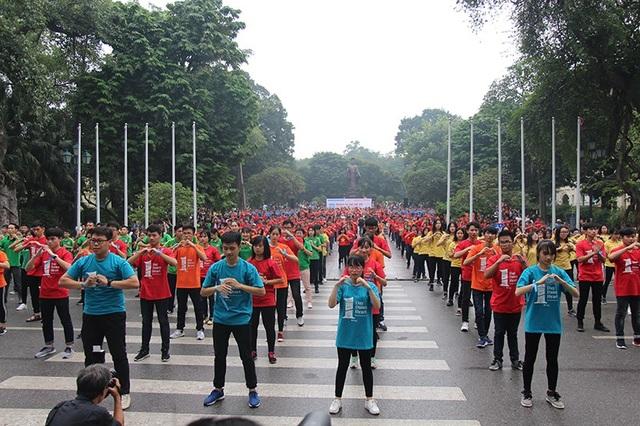 """Hoa hậu Ngọc Hân cùng các bạn trẻ nhảy flashmob """"vì sự tử tế"""" - 4"""