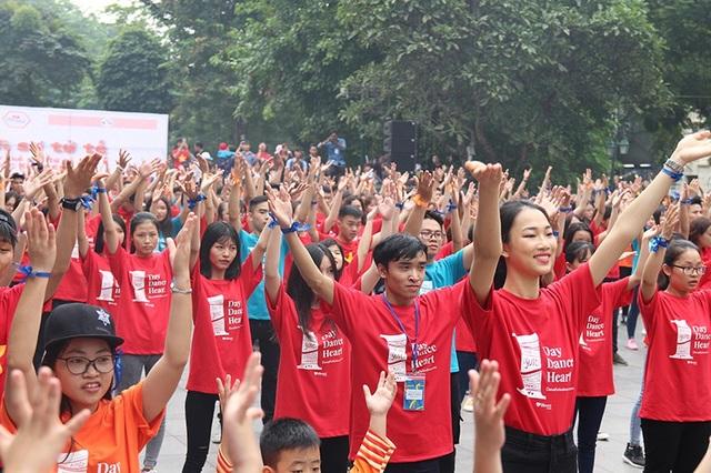 """Hoa hậu Ngọc Hân cùng các bạn trẻ nhảy flashmob """"vì sự tử tế"""" - 1"""