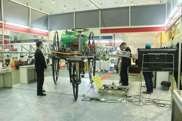 Máy phun thuốc trừ sâu do Hát sáng chế có độ sải cánh 20m, thay thế cho khoảng 50 lao động thủ công. Ảnh: Hà Trang