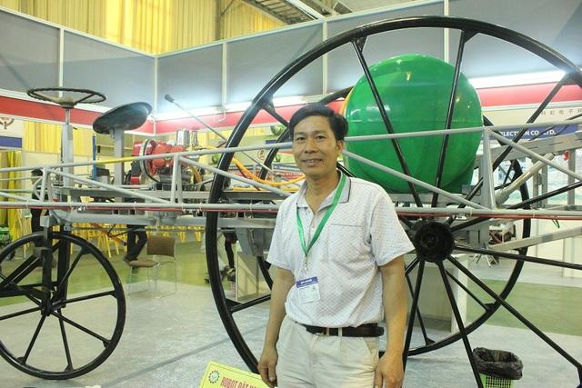 Nhà sáng chế Phạm Văn Hát dù chỉ học hết lớp 7 những đã có hàng loạt những sản phẩm máy móc cải tiến hiệu quả được bà con nông dân ưa chuộng, sử dụng. Ảnh: Hà Trang