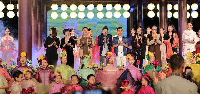 Các nhà thiết kế chào khán giả sau khi kết thúc đêm diễn.