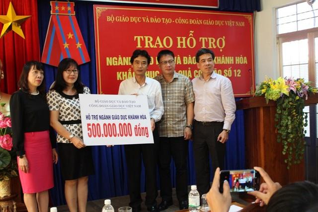 Đại diện Bộ GD-ĐT - Công đoàn Giáo dục Việt Nam đã trao đến Sở GD-ĐT tỉnh Khánh Hòa 500 triệu đồng để khắc phục hậu quả bão Damrey