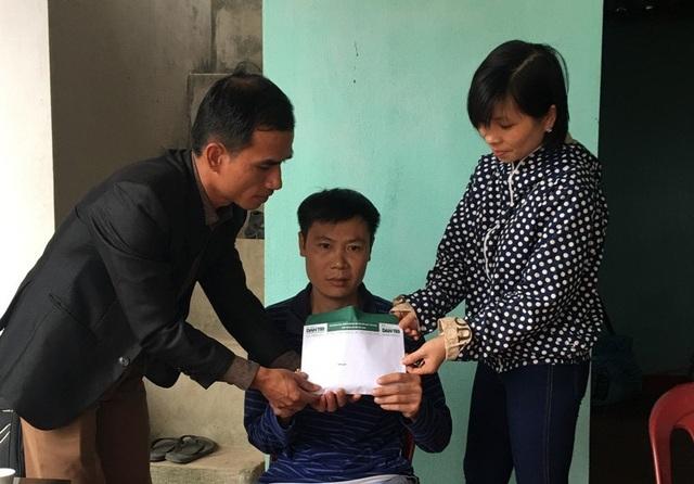 PV Dân trí cùng cán bộ xã Nga Thắng trao quà bạn đọc ủng hộ tới anh Nguyễn Văn Dương