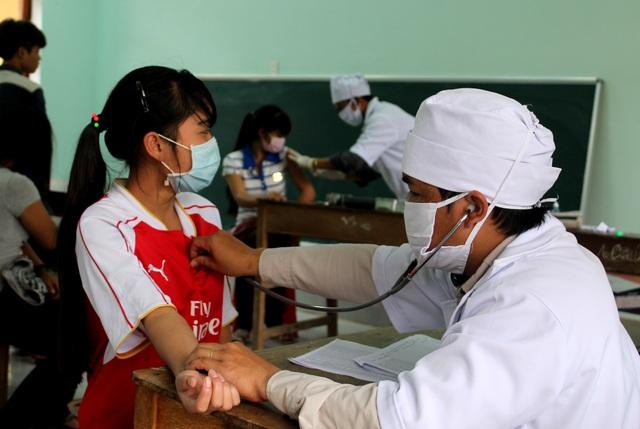 Học sinh huyện miền núi Tây Giang (Quảng Nam) được tiêm phòng dịch bạch hầu. Đầu năm 2017, học sinh ở huyện này cũng bị bệnh bạch hầu