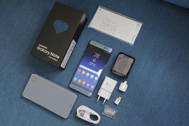 So với phiên bản trước, ở Galaxy Note FE có thêm ốp lưng tích hợp bên trong hộp để tặng cho người dùng bên cạnh sạc, cáp UBS Type-C, các đầu chuyển đổi, tai nghe, đầu bút và sách hướng dẫn.