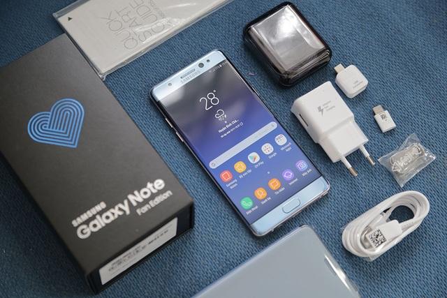 Tương tự phiên bản Galaxy Note7, lối thiết kế vỏ hộp khá giống nhau. Tuy nhiên, trên phiên bản này có thêm biểu tượng trái tim màu xanh và dòng chữ Fan Edition. Đây là sản phẩm dành riêng cho đối tượng người dùng yêu thích dòng Note của Samsung và hãng muốn tri ân khách hàng vì tin tưởng dòng máy này.