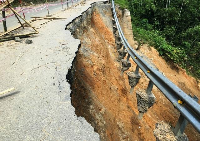 Đoạn km51 bị nước lũ cuốn trôi cả taluy âm và một phần lớn mặt đường kéo dài hàng chục mét xuống sông