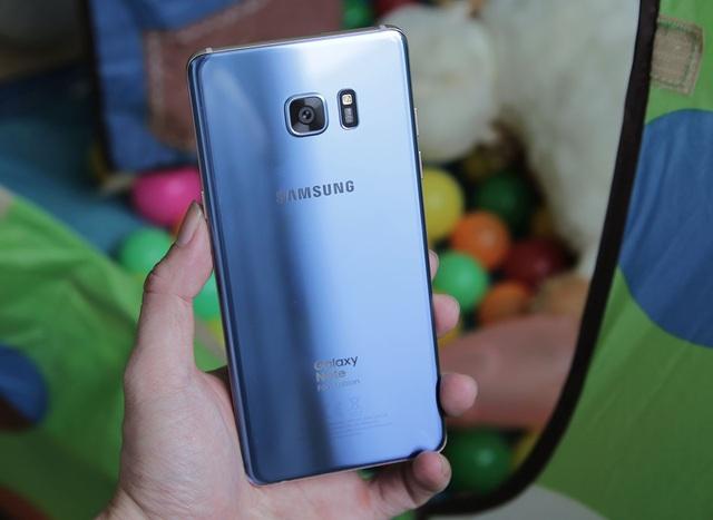 Bên trong, máy dùng vi xử lý 8 nhân Exynos 8890 xung nhịp 2.3 GHz, RAM 4 GB cùng bộ nhớ trong 64 GB hỗ trợ khe cắm thẻ nhớ tối đa 256 GB. Điểm thay đổi lớn nhất đó là viên pin đi kèm, Samsung đã hạ nguồn pin từ 3.500 mAh xuống còn 3.200 mAh. Đảm bảo sự an toàn cho người dùng. Bên cạnh đó, chiếc bút S Pen trên Galaxy NoteFE vẫn sử dụng như thế hệ cũ, đầu bút nhỏ hơn 0,7mm và cảm ứng với lực viết nhạy hơn nhiều.