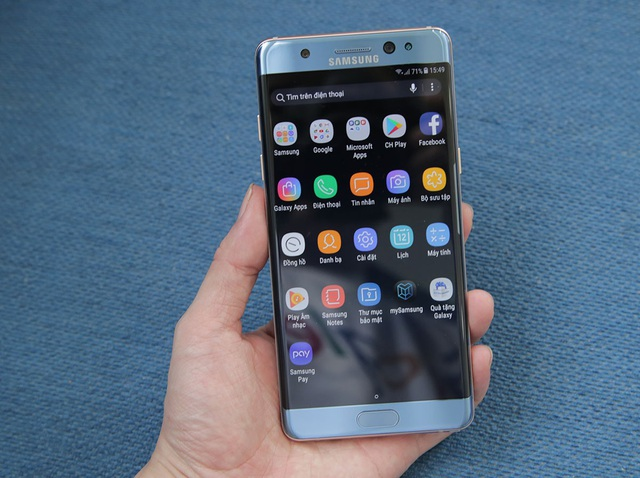 Galaxy NoteFE bán tại Việt Nam được Samsung cho biết là dòng máy mới hoàn toàn và sử dụng các linh kiện mới. Máy vẫn mang hình dáng tương tự như Galaxy Note7 với kính cường lực Gorilla Glass thế hệ thứ 5 kết hợp cùng khung viền kim loại nguyên khối.