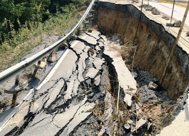 Đoạn km58 bị sụt lún nghiêm trọng nhất, gần như lấn sâu vào 1/2 mặt đường và sâu xuống khoảng hơn 2m