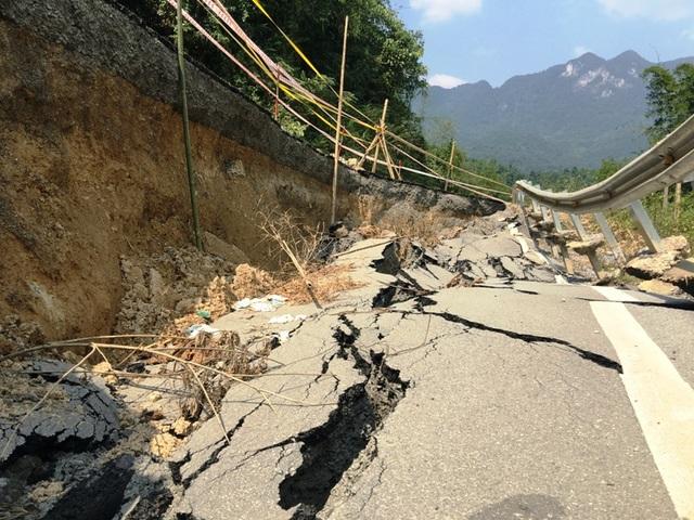Sụt lún tạo thành hố sâu rộng hàng chục m2 ngay trên mặt đường