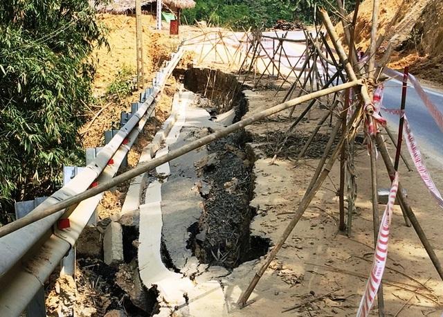 Nhiều điểm không nằm sát mép sông nhưng vẫn bị sụt sâu xuống cả mảng đường