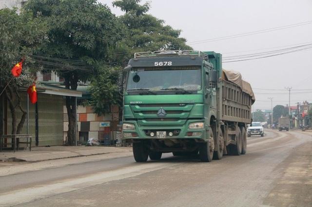Những chiếc xe Howo chở quá tải, bên trên có logo 5678 được cho là logo vua tung hoành trên tỉnh lộ 479 khiến người dân bất an.
