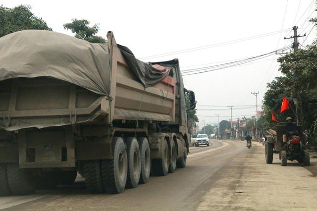 """Ninh Bình: Đoàn xe siêu tải """"cày ngày cày đêm"""", tỉnh lộ căng mình… chống đỡ! - 12"""