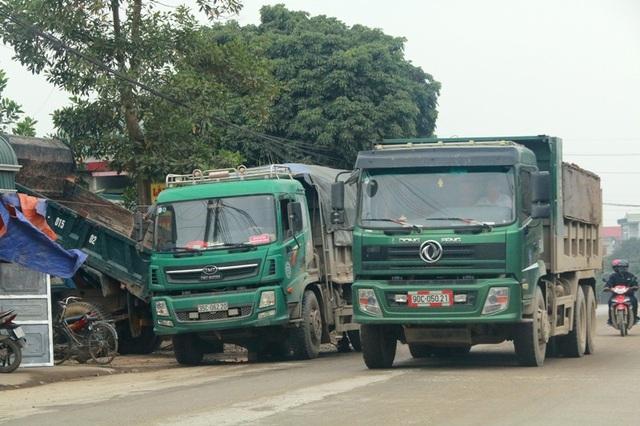"""Ninh Bình: Đoàn xe siêu tải """"cày ngày cày đêm"""", tỉnh lộ căng mình… chống đỡ! - 13"""