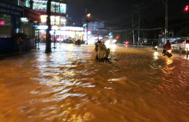 Cảnh ngập khủng khiếp trên đường Võ Văn Ngân (đoạn từ góc ngã 3 giao với đường số 6 đến Nhà Thiếu nhi Thủ Đức, thuộc phường Linh Chiểu, quận Thủ Đức) trong và sau cơn mưa chiều tối 28/9.
