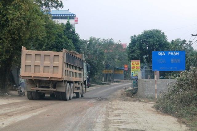 Điểm giáp ranh giữa tỉnh Hòa Bình và Ninh Bình, nơi đoàn xe siêu tải đổ bộ vào tỉnh lộ 479 đua nhau tung hoành.