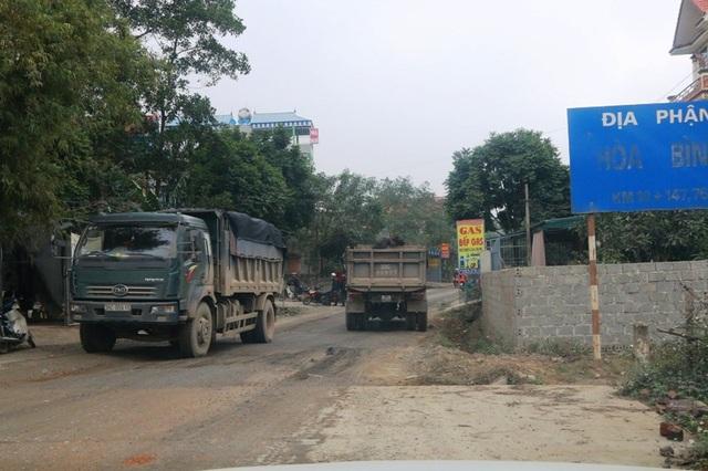 """Ninh Bình: Đoàn xe siêu tải """"cày ngày cày đêm"""", tỉnh lộ căng mình… chống đỡ! - 17"""