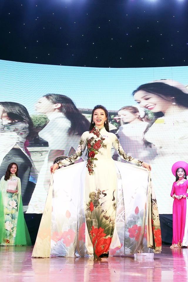 Thu Trang duyên dáng sải bước trong phần thi trình diễn trang phục áo dài truyền thống