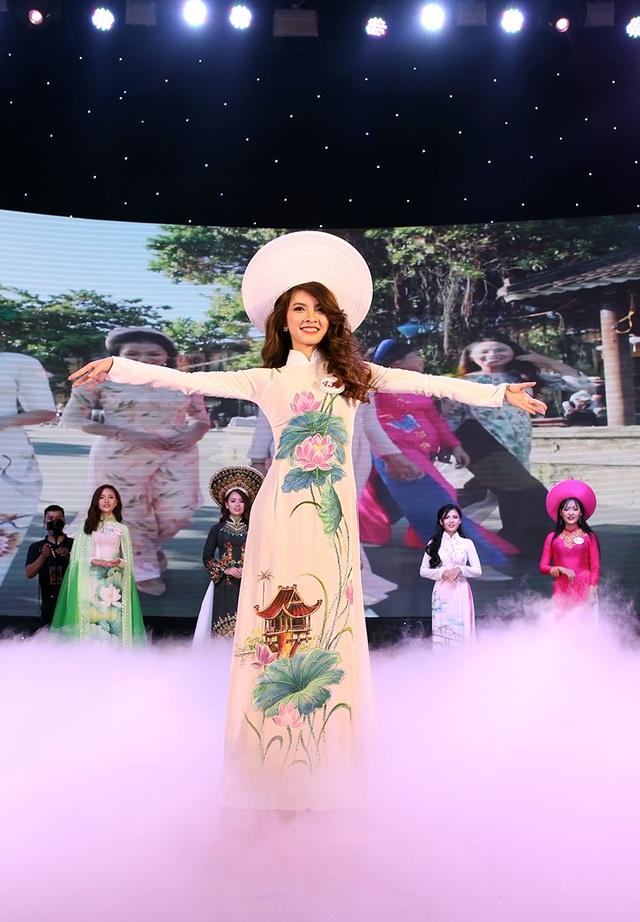 Giải thưởng thí sinh trình diễn trang phục áo dài đẹp nhất đã thuộc về Vũ Thị Thúy – nữ sinh trường CĐ Kinh tế Kỹ thuật Thương mại