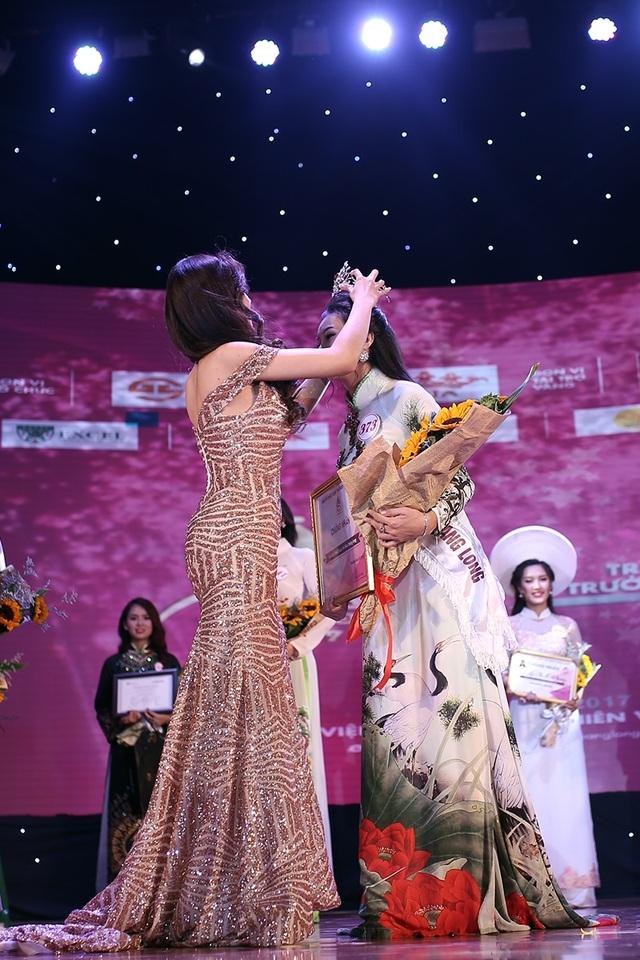 Đương kim Hoa khôi Hồ Ái Thơ trao lại vương miện cho cô gái đồng hương Hà Tĩnh với mình.