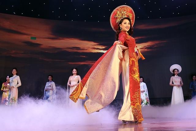 Á khôi 1 Hoàng Thị Phương Anh chọn bộ trang phục áo dài đỏ và họa tiết rồng phượng ánh vàng