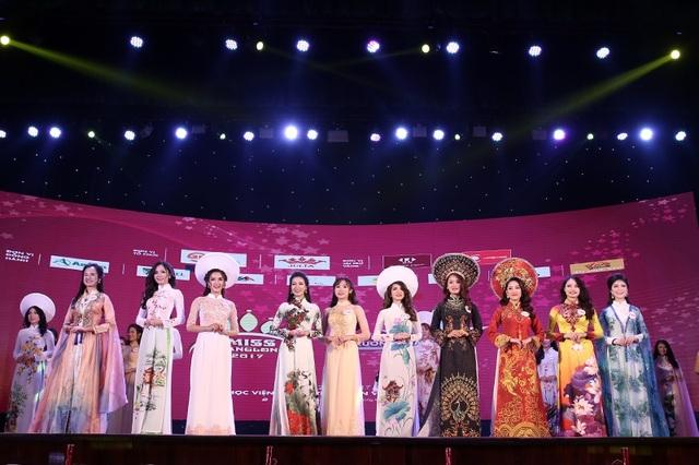 Điểm mới của đêm Chung kết năm nay là thí sinh chỉ phải trải một phần thi trình diễn trang phục duy nhất trước khi ban giám khảo chọn ra top 10 thí sinh bước vào phần thi ứng xử.