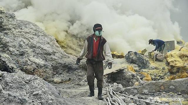 Ông Yatim, một thợ mỏ khai thác lưu huỳnh (Ảnh: CNA)