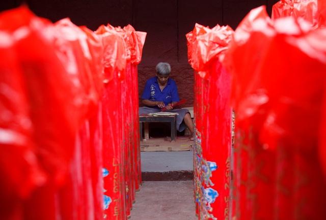 Một thợ làm hương tại đền Dharma Bhakti ở thủ đô Jakarta của Indonesia đang tất bật với những công việc cuối năm. (Ảnh: Reuters)