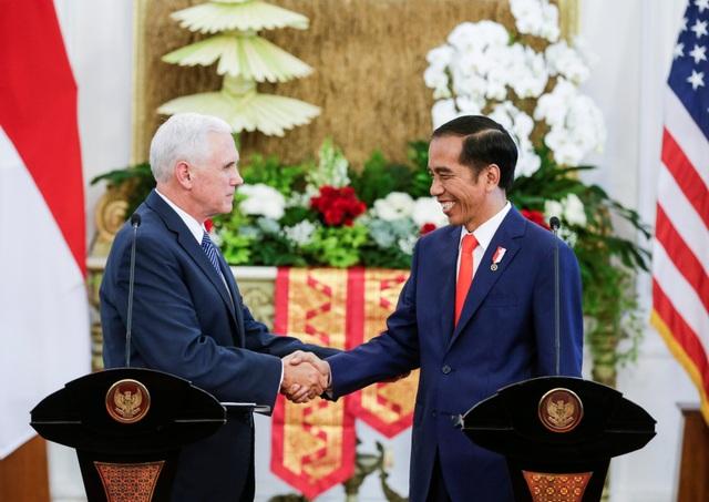 Ông Pence bắt tay ông Widodo trong cuộc họp báo chung tại cung điện Merdeka ở Jakarta.
