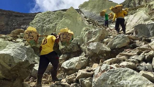 Những người thợ mỏ khuân vác tới 80kg lưu huỳnh mỗi lần di chuyển. (Ảnh: CNA)