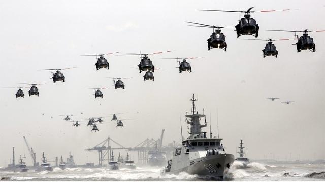 Trực thăng Indonesia và các tàu chiến trong lễ kỷ niệm 69 năm ngành thành lập Lực lượng vũ trang Indonesia năm 2014. (Ảnh: EPA)
