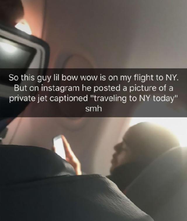 Hình ảnh bắt tạị trận của rapper trên chuyến bay thương mại.