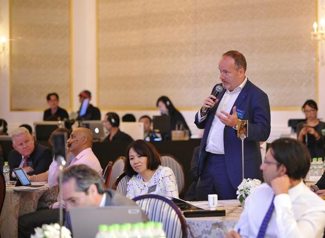 Nhà Đầu tư quan tâm đặt câu hỏi với các Lãnh đạo cấp cao của Tập đoàn Manulife Financial