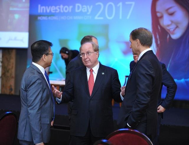 Các Lãnh đạo cấp cao của Tập đoàn Manulife Financial trao đổi bên lề Hội nghị Nhà đầu tư