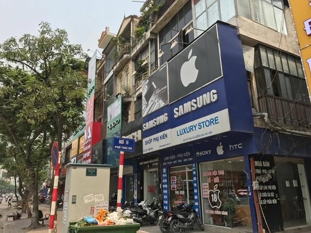 Không khó để nhìn thấy các cửa hàng sử dụng logo Quả táo trên phố chuyên bán điện thoại Thái Hà.