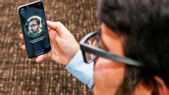 Một điểm nhấn đáng chú ý của iPhone X và tạo ra sự khác biệt nhất với hầu hết thế hệ iPhone trước đó là camera TrueDepth và công nghệ nhận diện mặt Face ID. Tính năng này cho phép nhận diện khuôn mặt để mở khóa và các tính năng khác liên quan nhận diện khuôn mặt như Animoji. Đây là tính năng đang gây sự tò mò lớn dành cho fan của nhà Táo. Apple trước đó cho biết, hệ thống này sẽ quét khuôn mặt người dùng với 30.000 điểm và phân tích khuôn mặt, tạo ra độ chính xác cực cao, với sai số chỉ 1/1.000.000. Điều này đảm bảo an toàn bảo mật cho người dùng khi sử dụng iPhone X.
